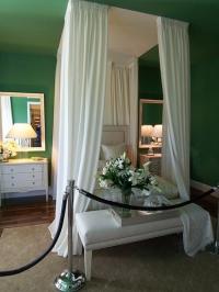 Спалня с бял балдахин